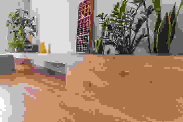 Półka z drewna bielonego Nowoczesny salon od Roble Nowoczesny
