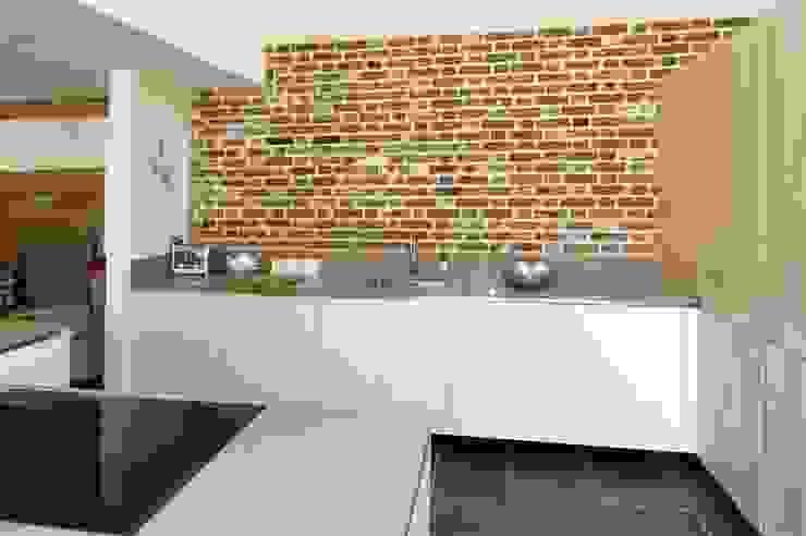 Modern kitchen with Brick wall feature PTC Kitchens Cucina moderna Effetto legno