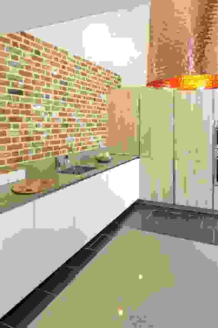 Copper pendant lighting in Barn Kitchen PTC Kitchens Cucina moderna Effetto legno