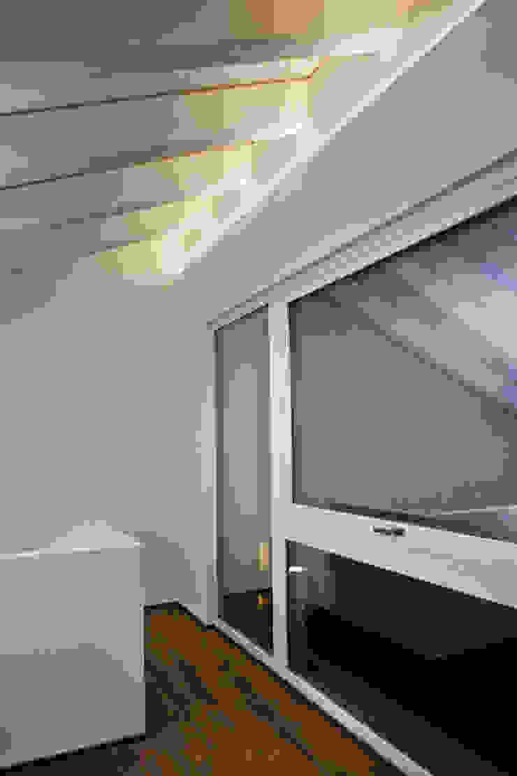 More Floors Per Forest Bolefloor Balcone, Veranda & Terrazza in stile moderno