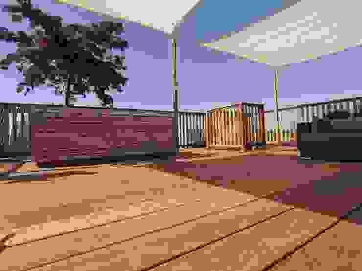 Een schaduwdoek op het dakterras geeft veel verkoeling en is windbestendig Moderne balkons, veranda's en terrassen van ZONZ sunsails Modern Kunststof