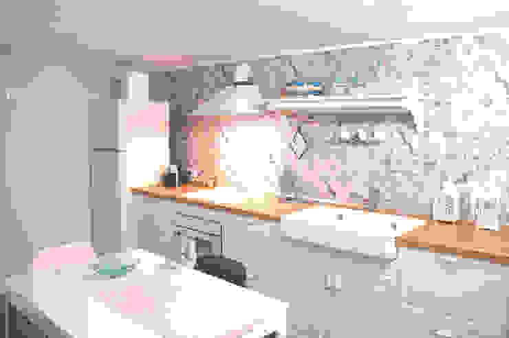 Cucina lineare bianca con piano induzione e cappa di Arch. Sara Pizzo - Studio 1881 Mediterraneo Legno Effetto legno