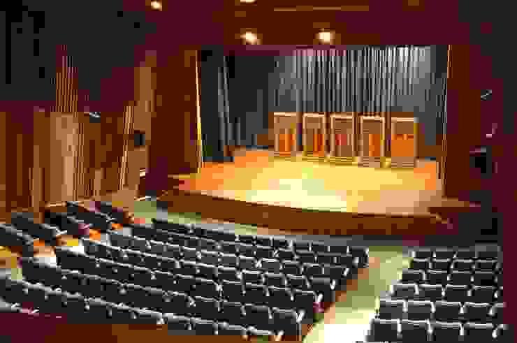 VISTA DESDE LOS CUARTOS DE CONTROL OMAR SEIJAS, ARQUITECTO Salas de conferencias