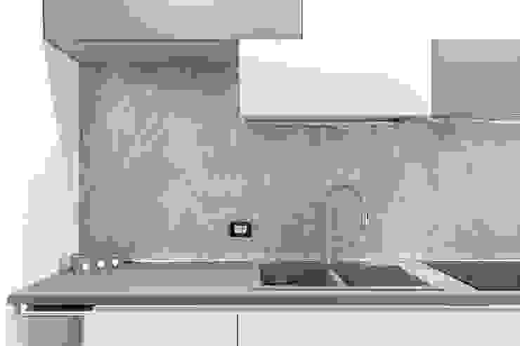 Mighty House Luca Bucciantini Architettura d' interni Cucina attrezzata Legno Grigio