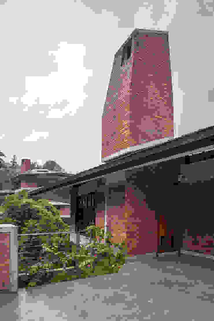 Wind chimney detail by MJ Kanny Architect Tropical