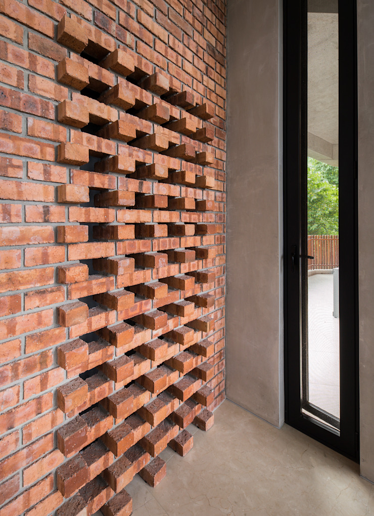 Wind chimney slots Tropical corridor, hallway & stairs by MJ Kanny Architect Tropical