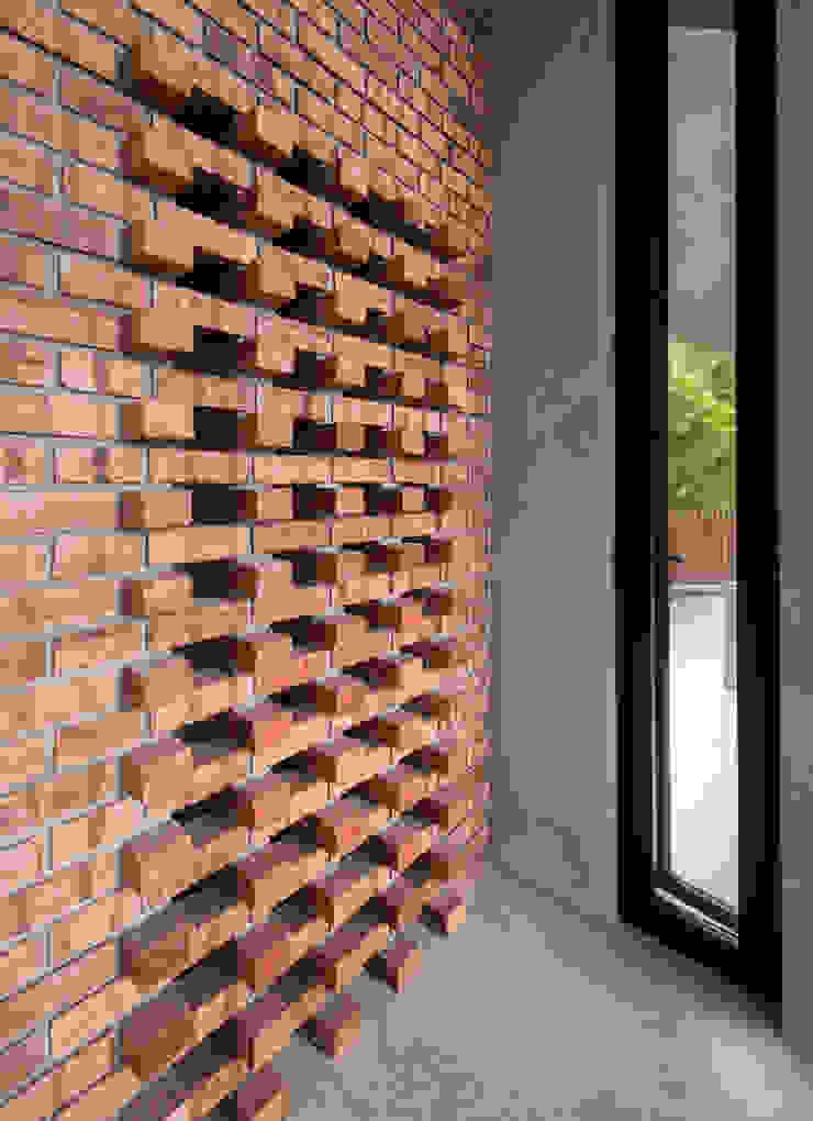 MJ Kanny Architect Pasillos, vestíbulos y escaleras de estilo tropical