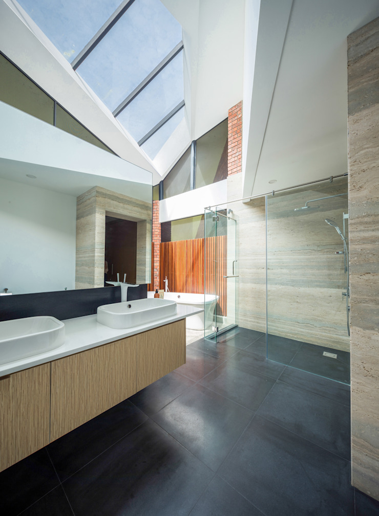 Masterbathroom Tropical style bathrooms by MJ Kanny Architect Tropical