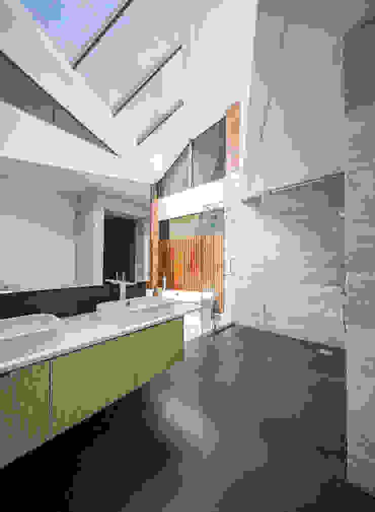 Masterbathroom MJ Kanny Architect Tropical style bathrooms