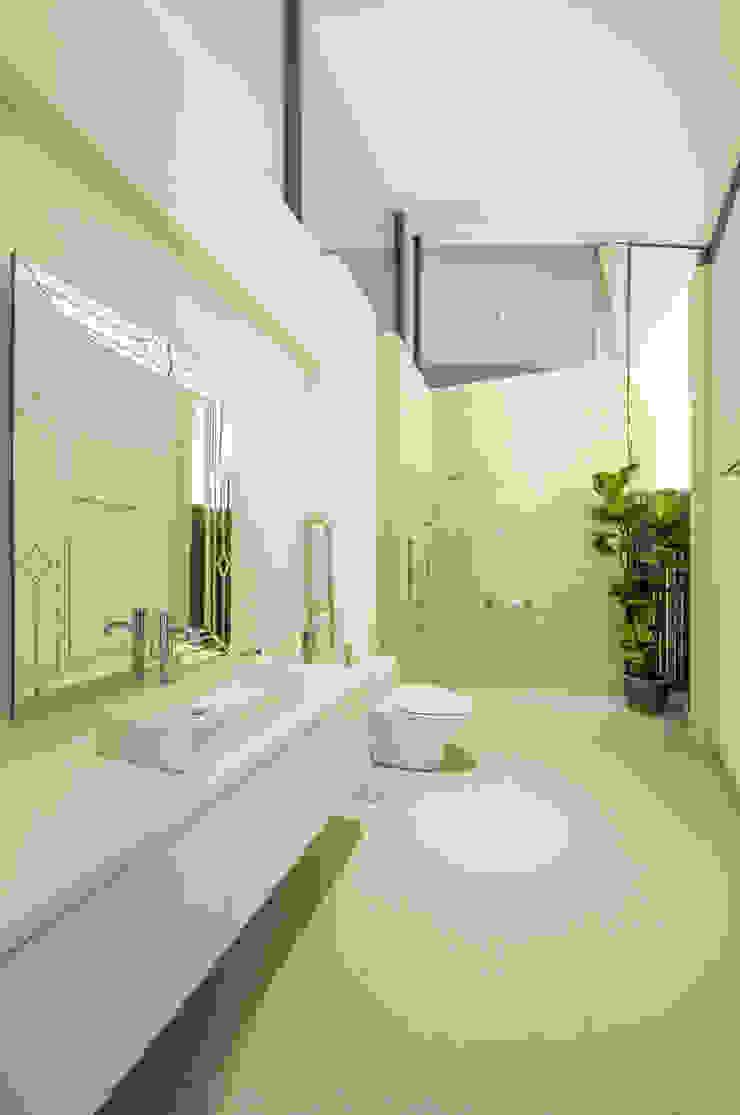 Guest Bathroom MJ Kanny Architect Tropical style bathrooms