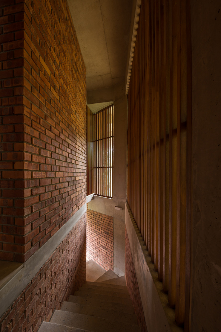 Walkway detail Tropical corridor, hallway & stairs by MJ Kanny Architect Tropical