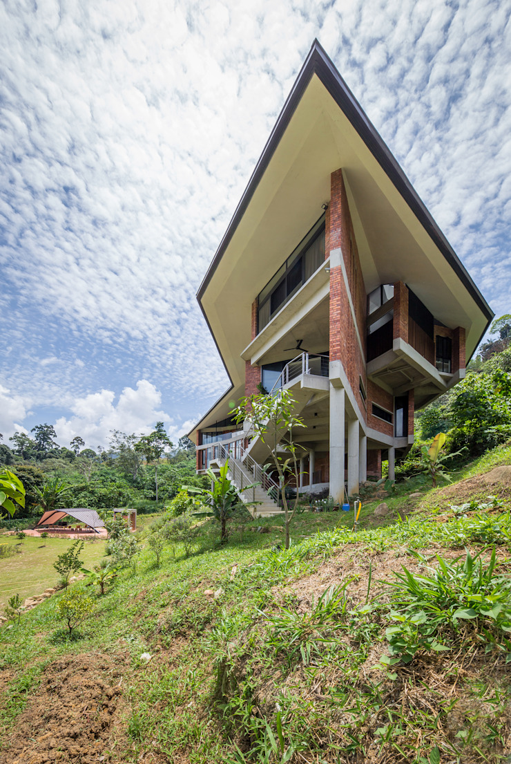 Side facade Tropical style houses by MJ Kanny Architect Tropical