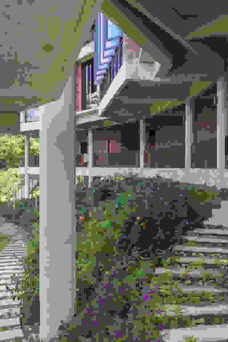 Garden MJ Kanny Architect Tropical style garden
