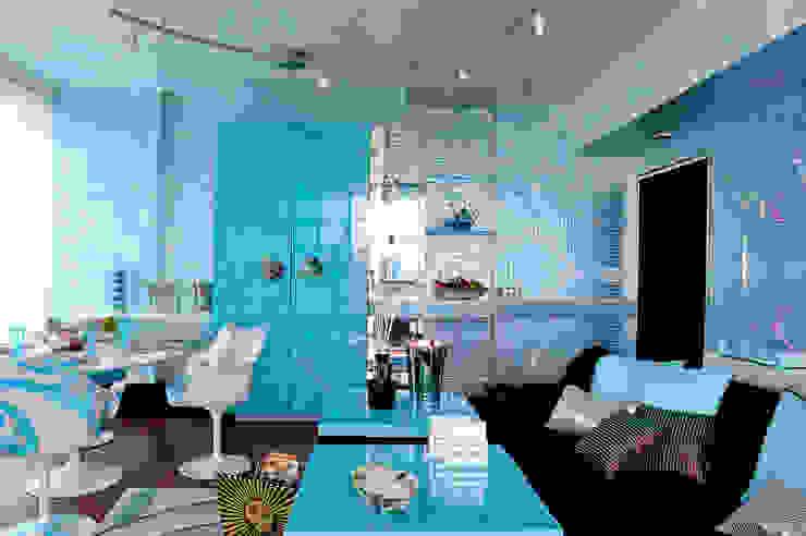 Blu dipinto di Blu Salones de estilo ecléctico Metálico/Plateado