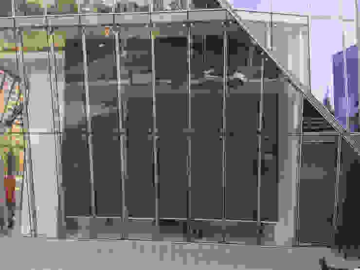 TOLDOS VERTICALES MOTORIZADOS PARA HALL DE ACCESO EDIFICIO GÉNESIS EN LAS CONDES URBAN DESIGN STORE LTDA Pasillos, vestíbulos y escaleras modernos