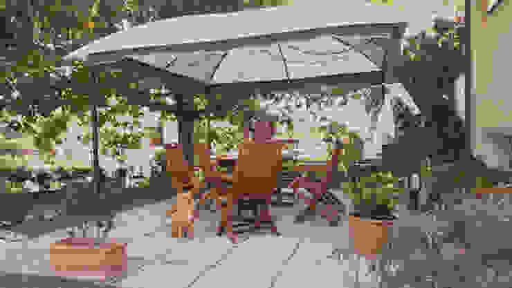 Gazebo con arredi in legno su patio con pavimentazione permeabile all'acqua Arch. Sara Pizzo - Studio 1881 Giardino in stile mediterraneo