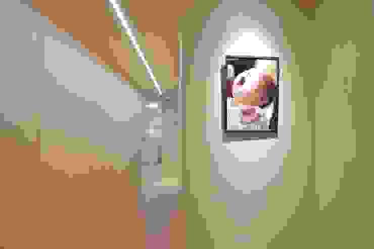重新規劃格局動線,讓居住品質更上一層。 斯堪的納維亞風格的走廊,走廊和樓梯 根據 青築制作 北歐風