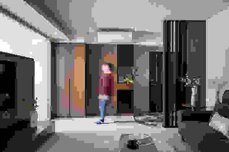 沉穩及亮麗的幸福合奏 现代客厅設計點子、靈感 & 圖片 根據 青築制作 現代風