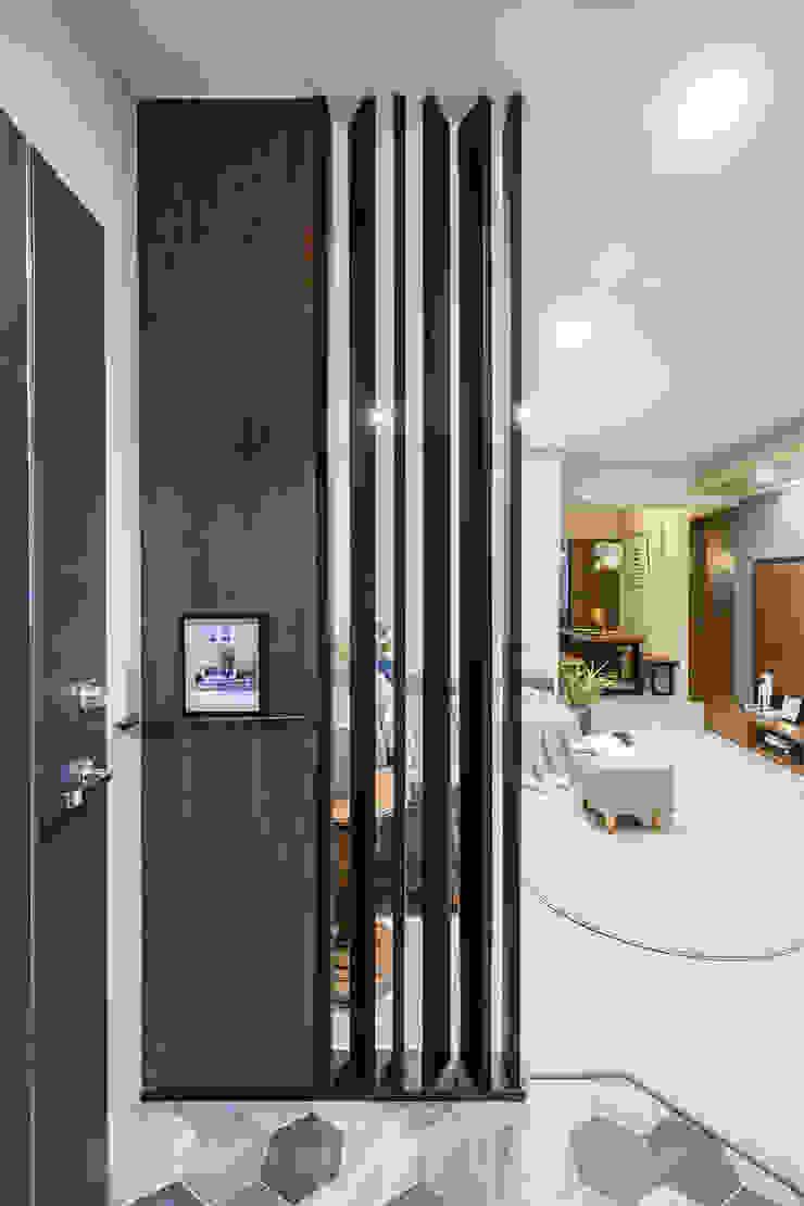 沉穩及亮麗的幸福合奏 現代風玄關、走廊與階梯 根據 青築制作 現代風