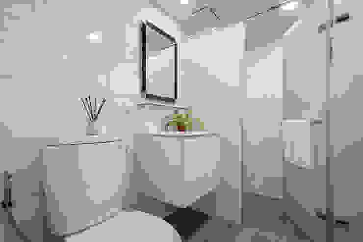 沉穩及亮麗的幸福合奏 現代浴室設計點子、靈感&圖片 根據 青築制作 現代風