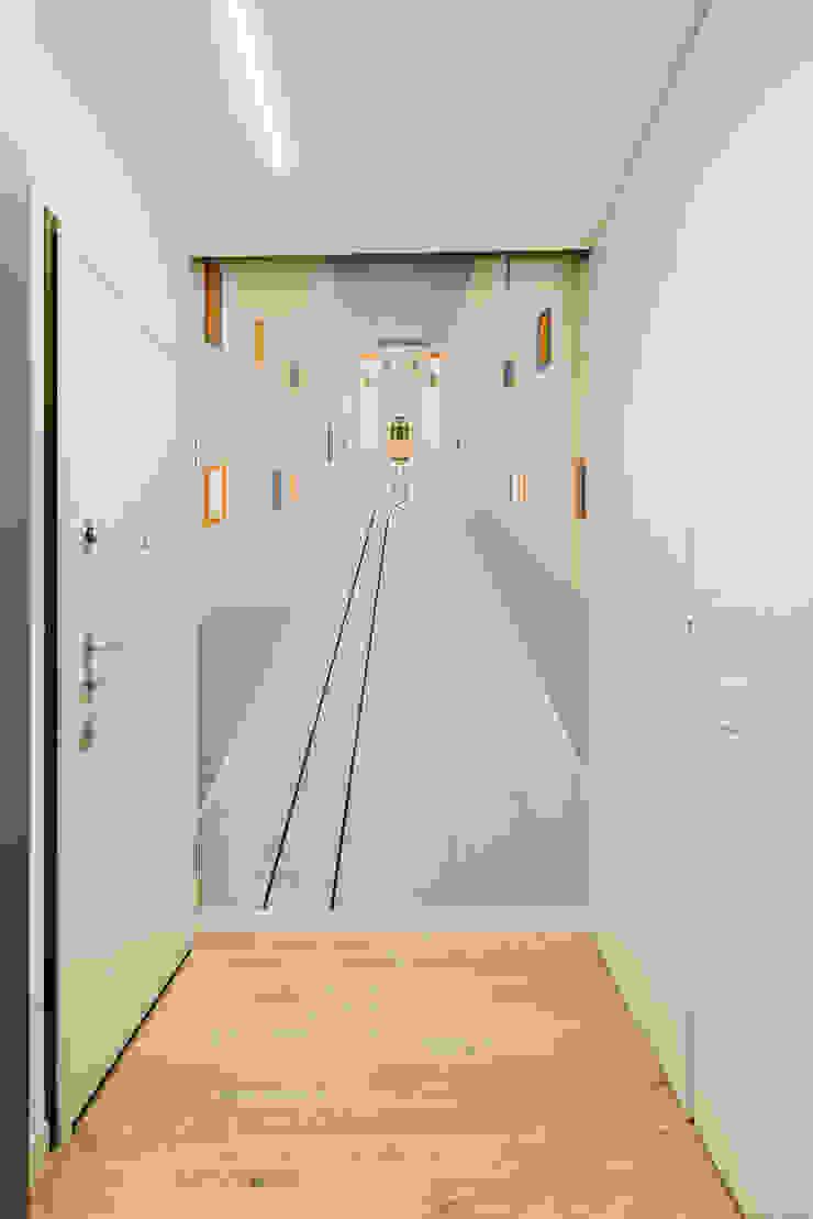 Annalisa Carli Modern corridor, hallway & stairs Wood White