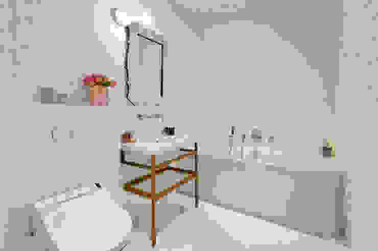 Une salle de bains moderne, luxe et féminine habillée en mosaïque Bisazza Salle de bain moderne par Alessandra Pisi / Pisi Design Architectes Moderne Argent/Or