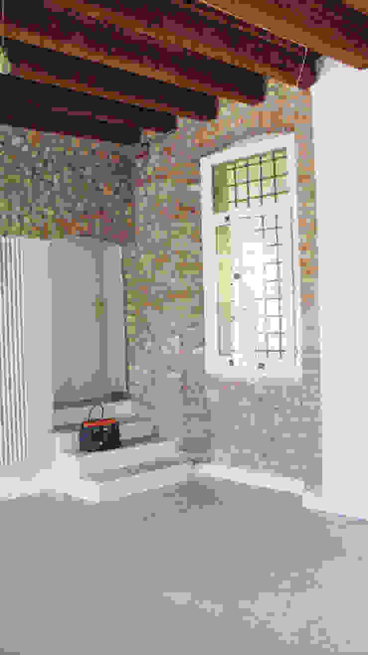 Soggiorno open-space tra il rustico e il moderno studiolineacurvarchitetti Soggiorno in stile rustico Pietra Beige