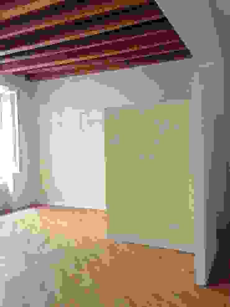 Restauro di una abitazione privata in centro storico Soggiorno classico di studiolineacurvarchitetti Classico Legno Effetto legno
