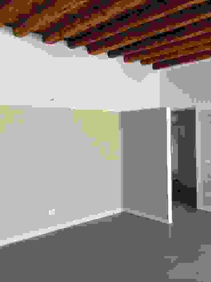 studiolineacurvarchitetti クラシカルスタイルの 寝室 金属 灰色