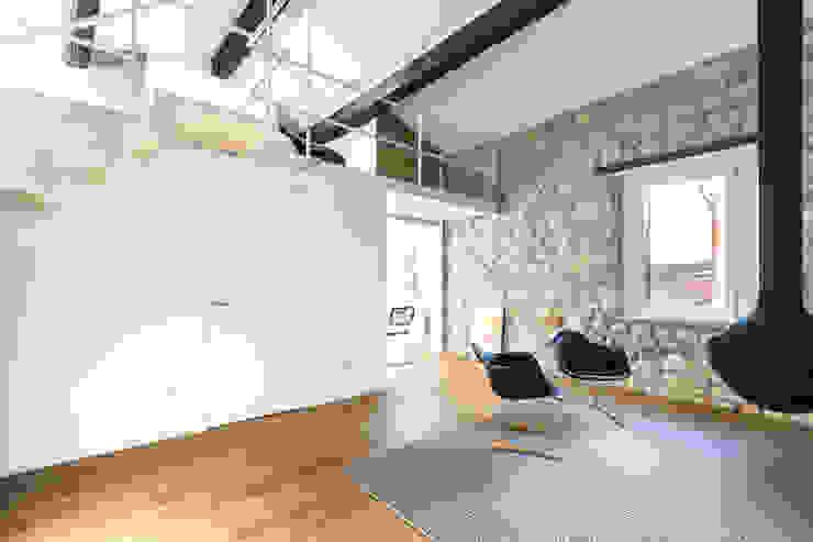 soggiorno scandivano con soppalco Soggiorno in stile scandinavo di ASSONOMETRIA Scandinavo Legno Effetto legno