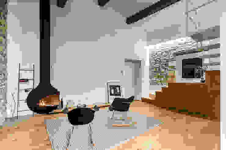 soggiorno scandinavo Soggiorno in stile scandinavo di ASSONOMETRIA Scandinavo Legno Effetto legno