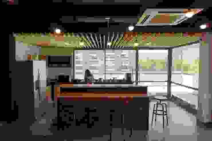Kitchenette de Ramirez + Fierro Arquitectos Industrial Madera Acabado en madera