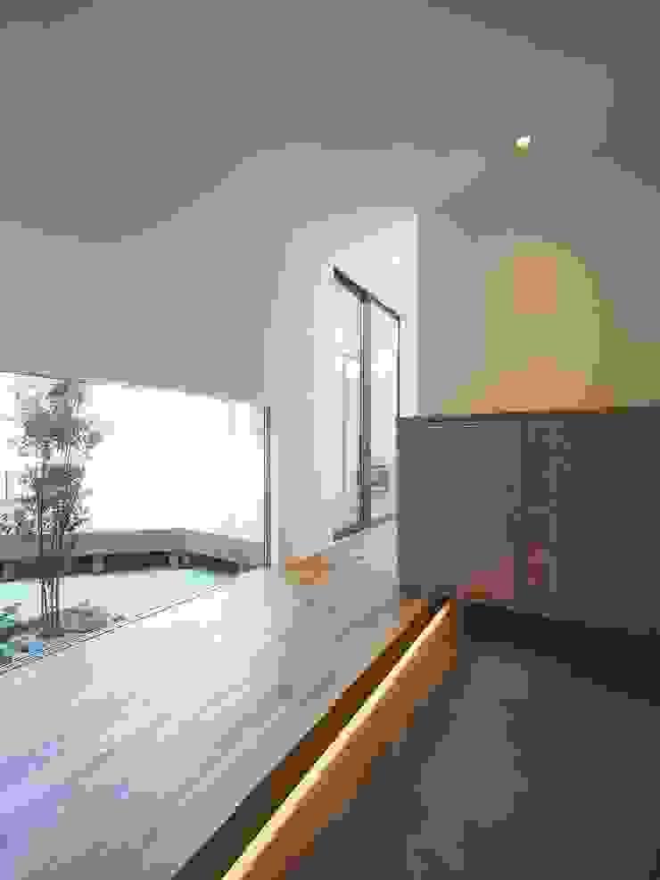 ai建築アトリエ 隨意取材風玄關、階梯與走廊 實木