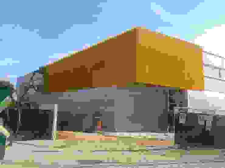 Fachadas con revestimientos plásticos Casas de estilo industrial de OCTANS AECO Industrial
