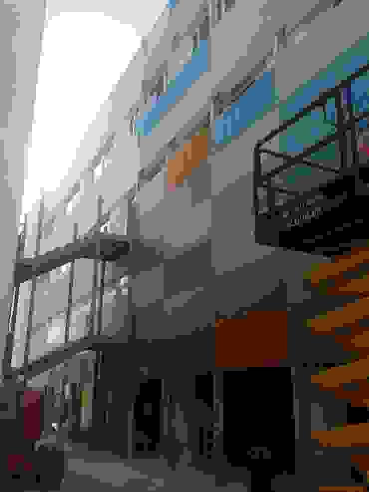 Fachada interior con revestimientos plásticos Casas de estilo industrial de OCTANS AECO Industrial