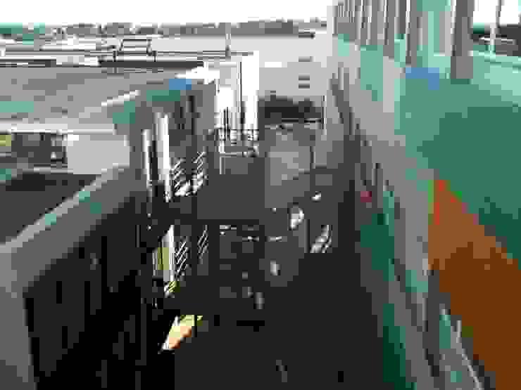 Otra vista exterior de la fachada interior con revestimientos plásticos Casas de estilo industrial de OCTANS AECO Industrial