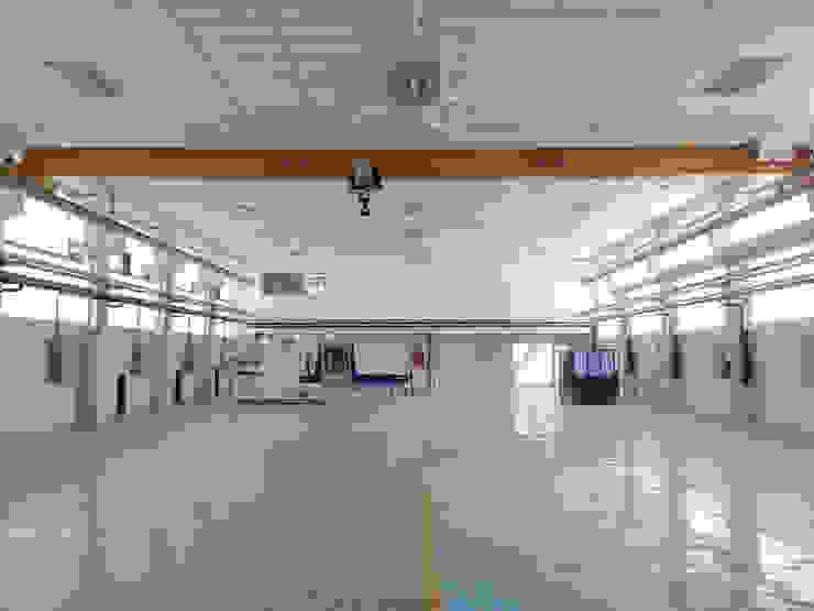 Vista interior de la zona de nave con puente grúa Estudios y despachos de estilo industrial de OCTANS AECO Industrial