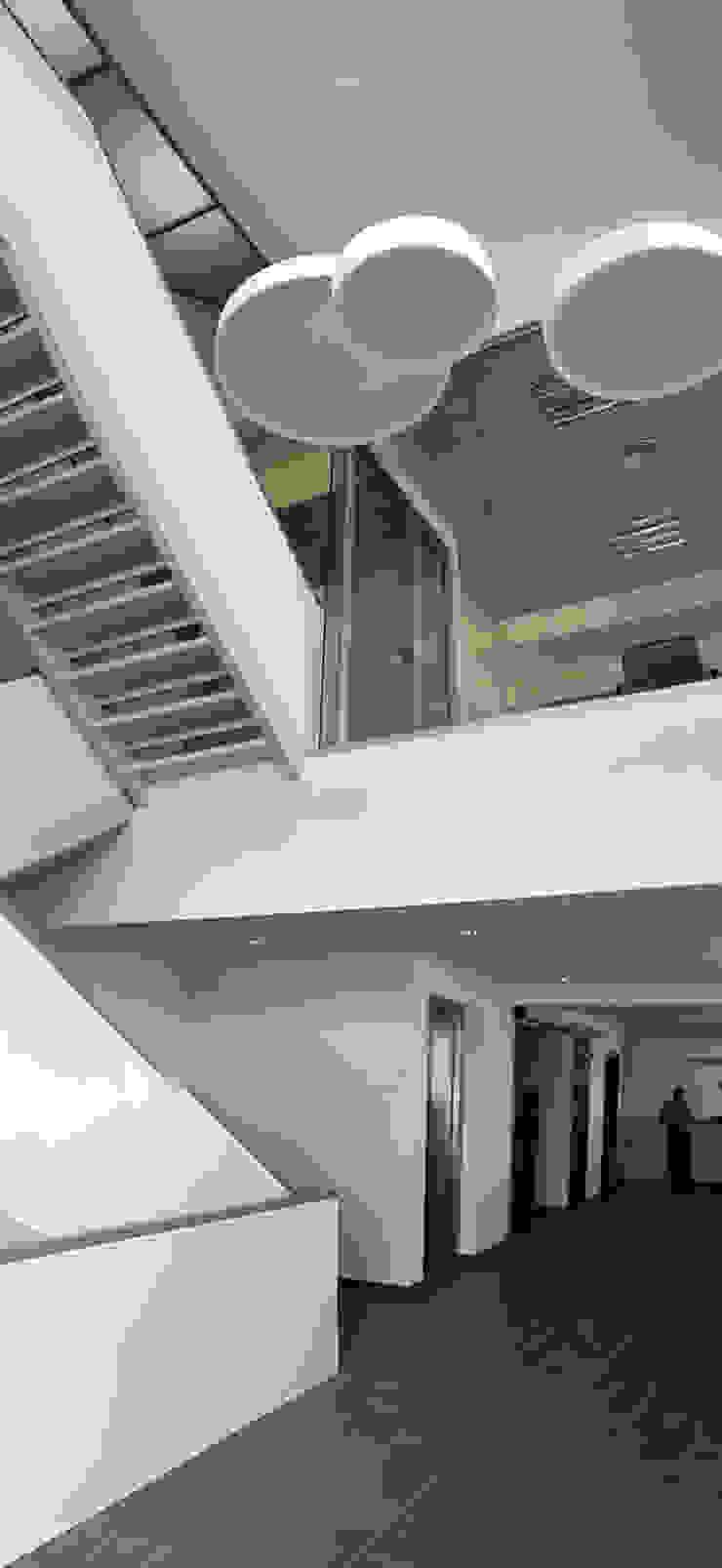 Vista interior del Hall recepción y escalera de comunicación vertical Casas de estilo industrial de OCTANS AECO Industrial