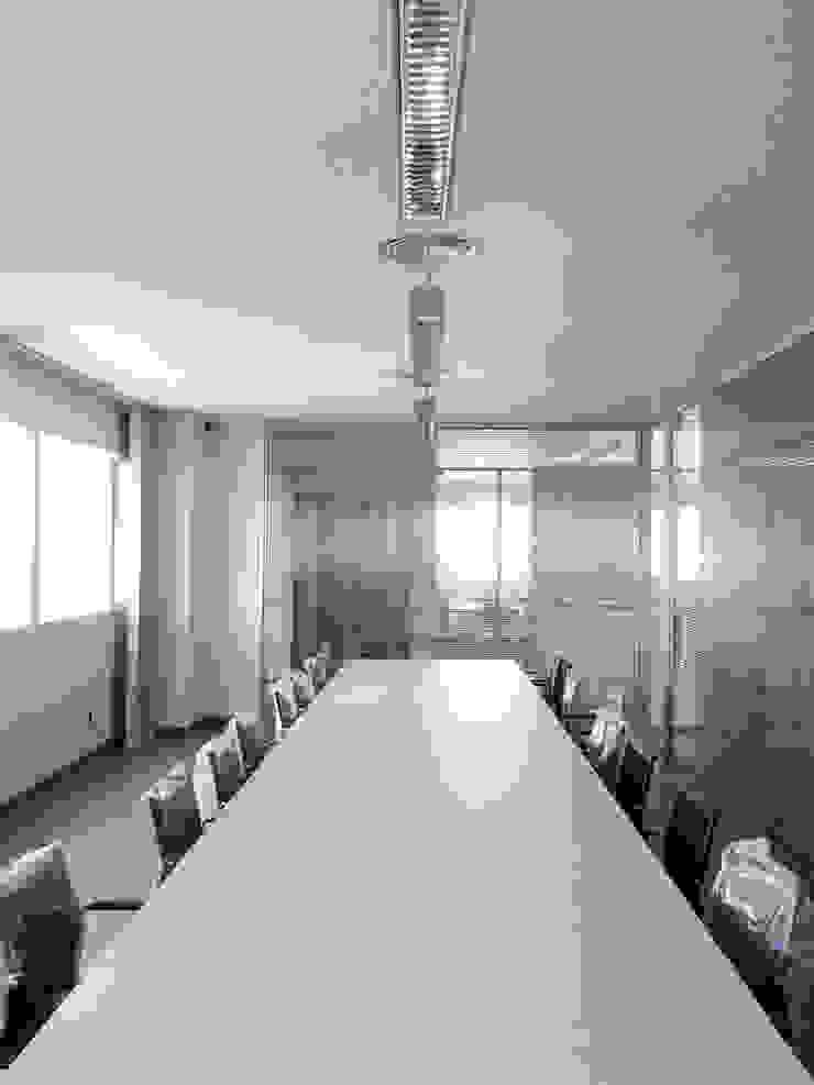 Vista interior de la zona de oficinas Estudios y despachos de estilo industrial de OCTANS AECO Industrial