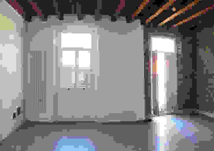 Soggiorno open-space tra il rustico e il moderno Soggiorno in stile rustico di studiolineacurvarchitetti Rustico Pietra