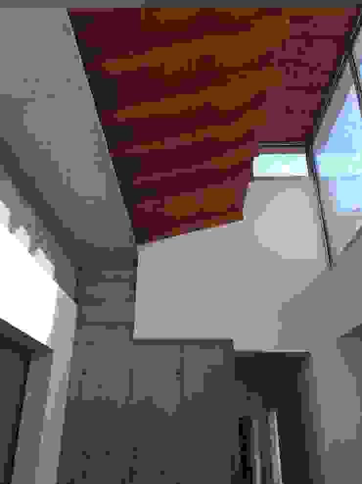 Vista interna dei volumi della casa di studiolineacurvarchitetti Moderno Cemento