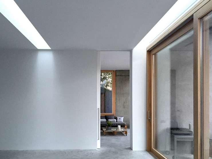 PABELLÓN AUXILIAR Y ACONDICIONAMIENTO DE JARDÍN Salones de estilo mediterráneo de Jofre Roca arquitectes Mediterráneo
