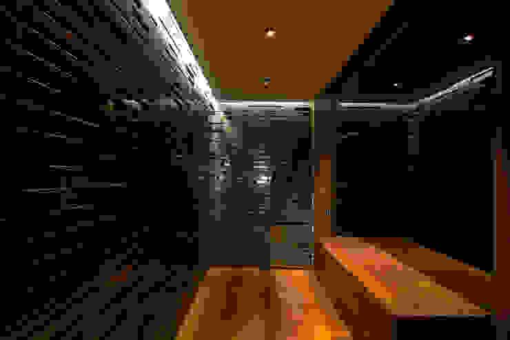 En la Zona de Entrada nos recibe un panelado lacado en gris de MANUEL TORRES DESIGN Ecléctico