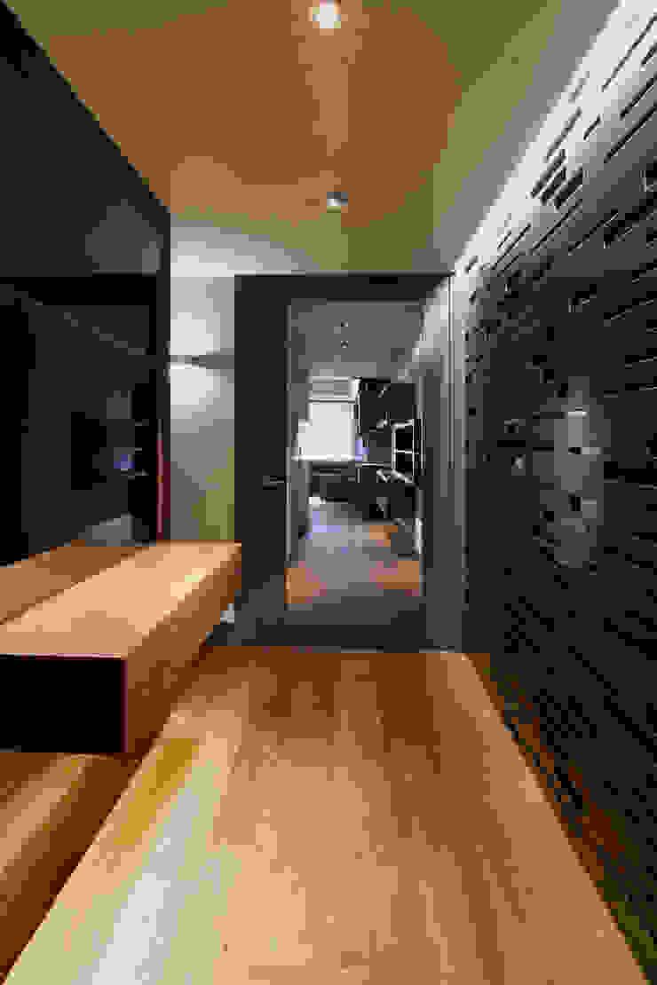 MANUEL TORRES DESIGN Corridor, hallway & stairsLighting Grey