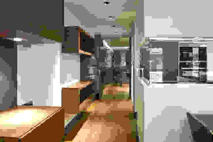 Apartamento en Sagrada Familia Pasillos, vestíbulos y escaleras de estilo ecléctico de MANUEL TORRES DESIGN Ecléctico Madera Acabado en madera
