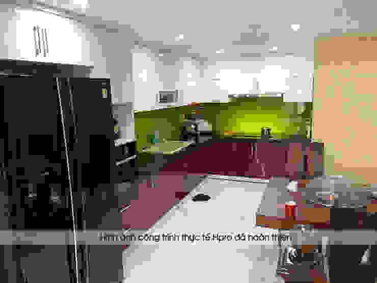 Mẫu tủ bếp acrylic kịch trần hình chữ L nhà chị Yến - Long Biên Nội thất Hpro KitchenCabinets & shelves Gỗ Multicolored
