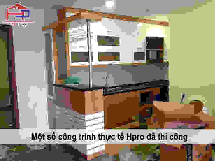 Ảnh thực tế mẫu tủ bếp gỗ công nghiệp veneer sồi nga nhà chị Nhung – Kim Giang Nội thất Hpro KitchenCabinets & shelves Gỗ Multicolored
