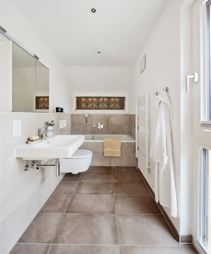 House Fleming: a Beautiful Living Baufritz (UK) Ltd. Country style bathroom Tiles Beige