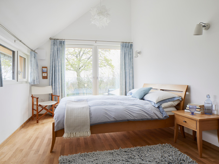 House Fleming: an Elegant Solution Baufritz (UK) Ltd. Country style bedroom