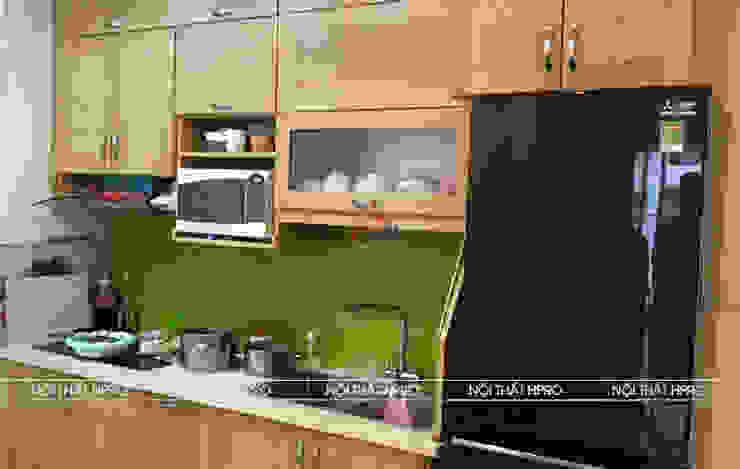 Không gian bếp nhỏ bằng gỗ sồi nga tự nhiên nhà anh Hoa – Chung cư New Life Hạ Long Nội thất Hpro KitchenCabinets & shelves Gỗ Multicolored